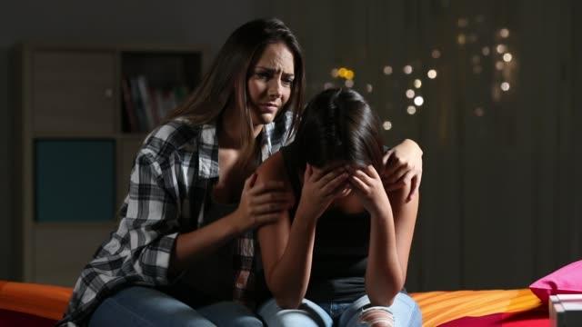 Mädchen-beruhigend-zu-ihrem-traurigen-Freund-zu-Hause