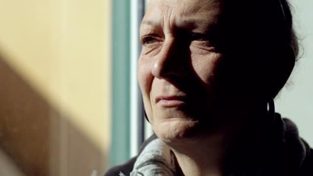 centrarse-en-desesperación-tristeza-llanto-Mujer-transexual-madura-llora-solo-en-su-casa