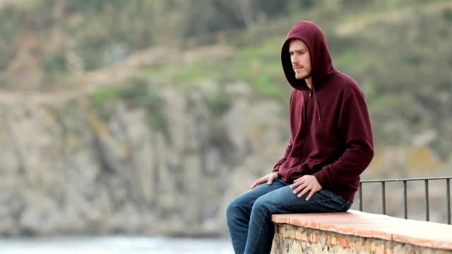 Adolescente-triste-contemplando-el-mar-desde-una-terraza