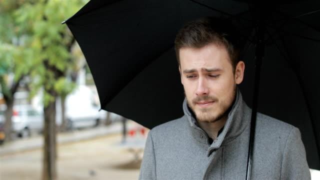 Hombre-triste-caminar-quejarse-bajo-la-lluvia