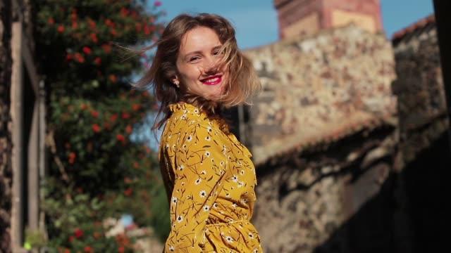Eine-schöne-und-lächelnde-Mädchen-Spaziergänge-durch-die-Gassen-der-alten-italienischen-Stadt-