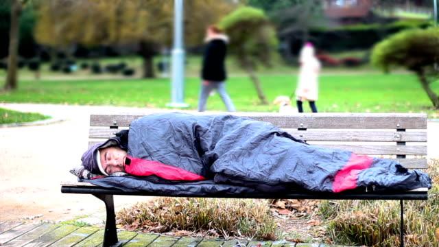 Hombre-sin-hogar-durmiendo-en-la-banca-en-el-Parque