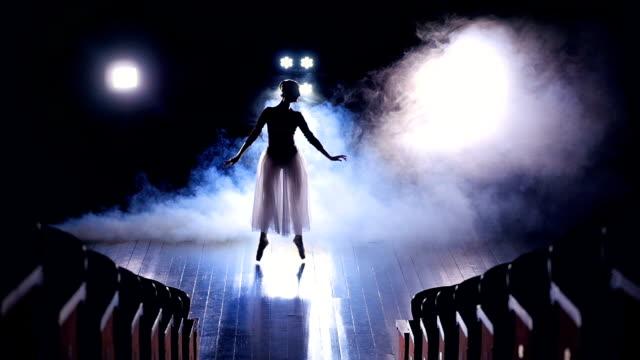 Una-visión-desde-asientos-vacíos-a-una-bailarina-salta-