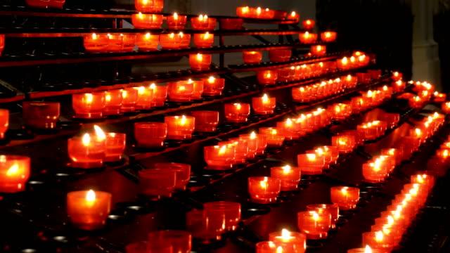 Se-encienden-muchas-velas-en-la-iglesia-cristiana