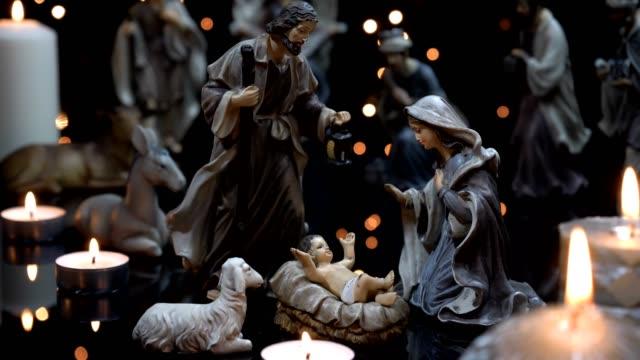 Weihnachtskrippe-Krippe-Szene-mit-Kerzen-Licht