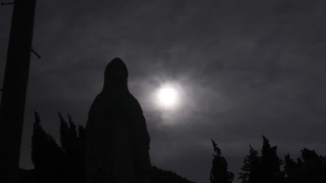 Die-Jungfrau-Maria-am-Friedhof-mit-dem-Mond-im-Silhouette-Szene