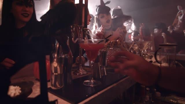 Hombre-dando-de-barman-cocktail-en-fiesta-de-vestir-de-Halloween