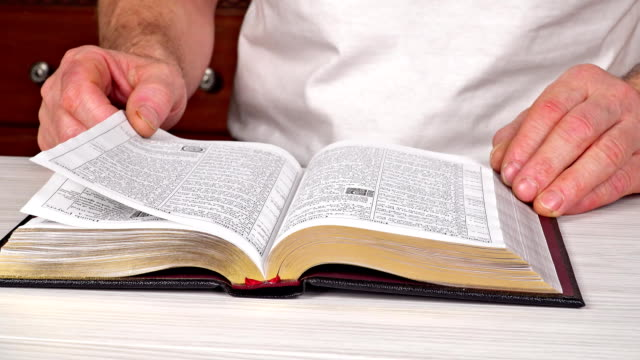 Mann-der-Lektüre-der-Bibel-in-der-Kirche