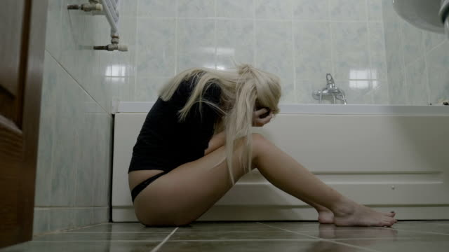 Mujer-adolescente-rubia-caliente-molesto-usar-tanga-llorando-en-el-baño-después-de-romper-con-su-novio