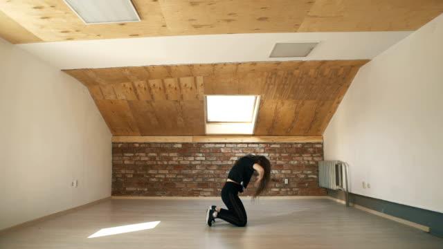 Chica-atractiva-bailando-pilla-en-fondo-marrón-studio