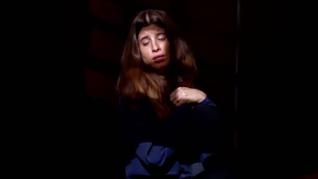 Soledad-depresión-tristeza---criyng-mujer-solitaria-y-triste-en-la-oscuridad
