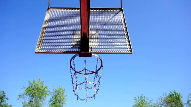 Basketball-Korb-mit-Ketten-auf-Streetball-Platz