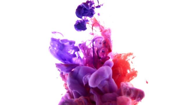 Nube-de-tinta-de-colores-rojo-y-azul-sobre-un-fondo-blanco-