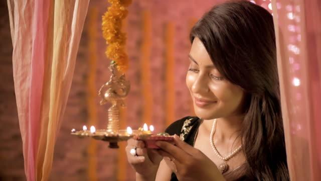 A-cerca-de-la-mujer-tradicional-India-una-lámpara-de-iluminación-durante-el-festival-de-Diwali-