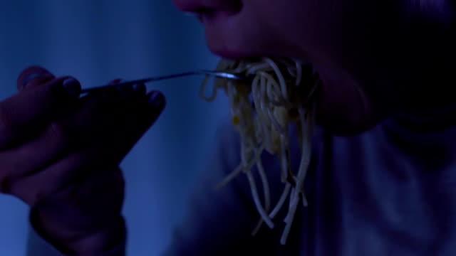 Mujer-triste-comer-espaguetis-y-llorando-sufriendo-de-bulimia-abrigo-sin-hogar
