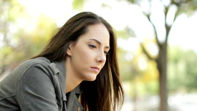 Triste-mujer-pensativa-sentado-en-un-parque