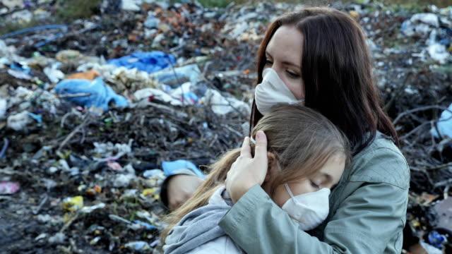 Mujer-abraza-a-su-hija-Problema-ecológico