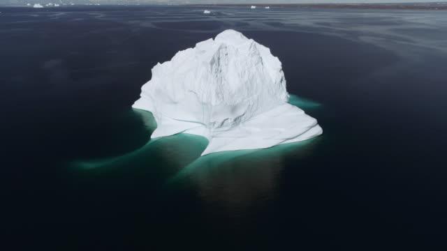 Toma-aérea-Drone-volando-hacia-un-gran-Iceberg-en-Groenlandia-en-el-Ártico
