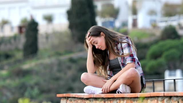 Estar-queja-adolescente-triste-sobre-una-repisa