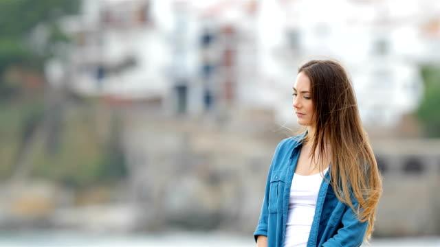 Aspecto-exterior-lejos-mujer-melancólica