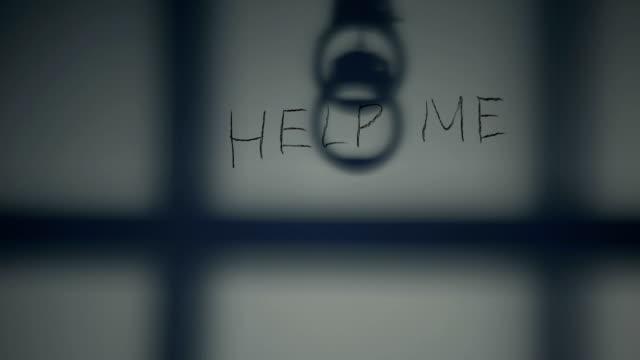 Hilf-mir-Satz-auf-Gefängnismauer-Handschellen-und-Gitter-Schatten-Verzweiflung