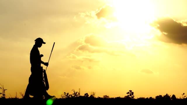 Silhouette-Los-atletas-masculinos-están-entrenando-con-la-puesta-de-sol