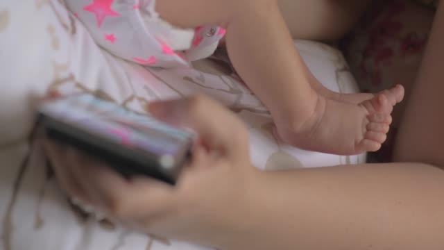 Mujer-navegando-por-Internet-en-la-celda-cuando-amamanta-bebé