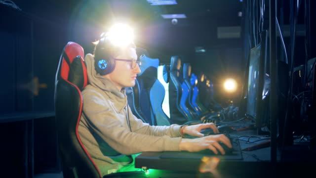 Joven-con-gafas-y-auriculares-está-jugando-un-juego-de-ordenador