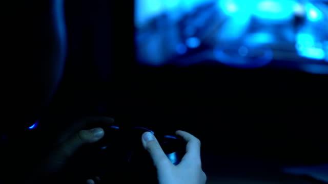 4K-imágenes-mal-iluminadas-de-niño-sosteniendo-el-joystick-en-la-mano