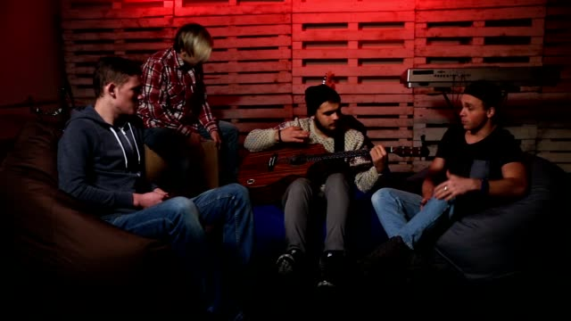 Band-performing-music-unplugged-in-club