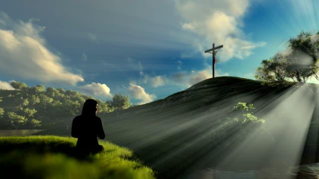 Frau-betete-Jesus-Kreuz-gegen-schönen-Sonnenstrahlen-schwenken