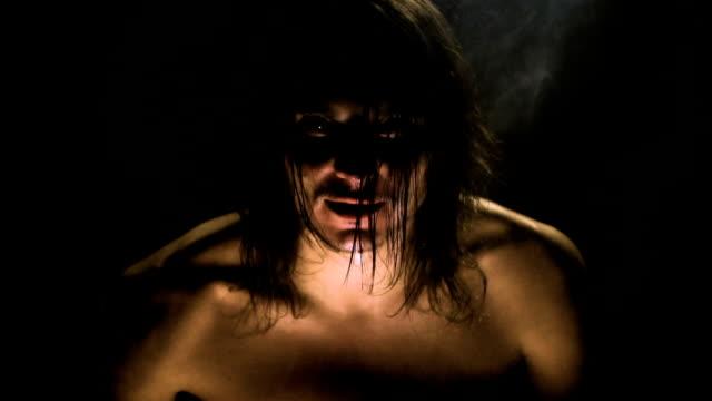 En-el-cuarto-oscuro-el-diablo-un-hombre-lobo-se-instala-en-un-hombre-
