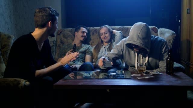 Jóvenes-drogadictos-sentados-en-el-sofá-en-el-interior