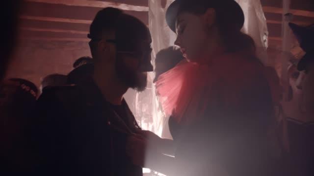 Joven-bailando-y-coqueteando-con-hombre-en-fiesta-de-Halloween