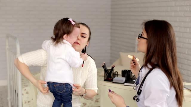 Madre-e-hija-en-la-recepción-en-el-pediatra-