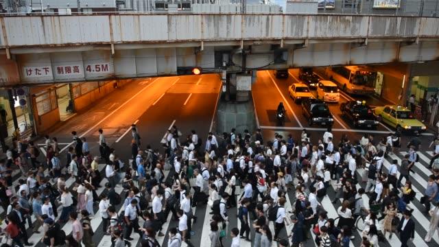 Ocupado-el-paso-de-cebra-en-Osaka-Japón
