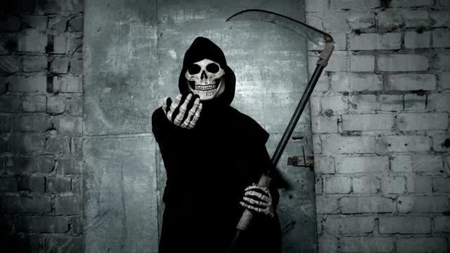 muerte-con-una-guadaña-que-agita-su-mano-invitando-a-ir-con-ella