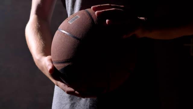 Cerrar-tiro-de-manos-de-jugador-de-baloncesto-jugando-con-pelota