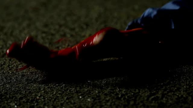 Herido-víctima-de-asesino-en-tierra-cruel-crimen-en-la-calle-de-noche
