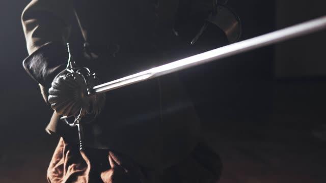 Guerrero-medieval-con-espada-en-el-interior-en-cámara-lenta
