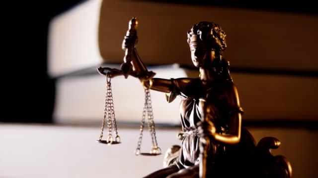 La-estatua-de-la-justicia-estatuilla-luz-y-libros