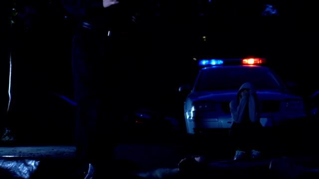 Agentes-de-policía-en-la-escena-del-crimen-el-cuerpo-de-jovencita-y-testigo-sorprendió-cerca-de-coche