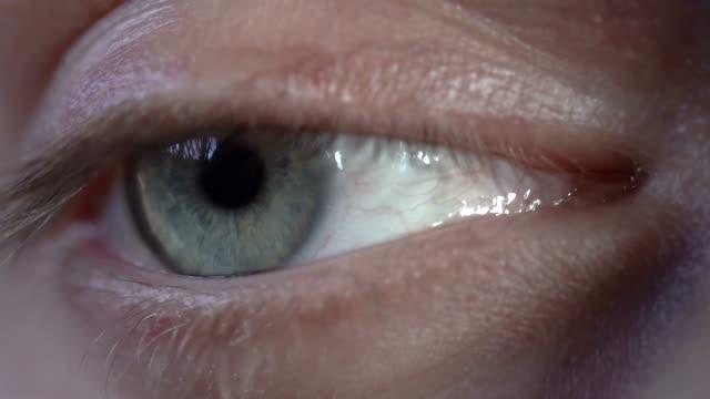 Ojo-hombre-verde-es-mirar-y-parpadeo