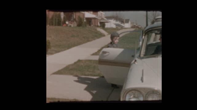 1959-kleiner-Junge-Brände-Kappe-Waffe-bekommt-in-Oldtimer-mit-Mutter-und-fährt