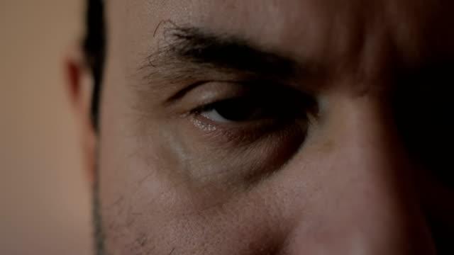 El-hombre-está-mirando-a-la-cámara-Close-up-Los-ojos-del-hombre-