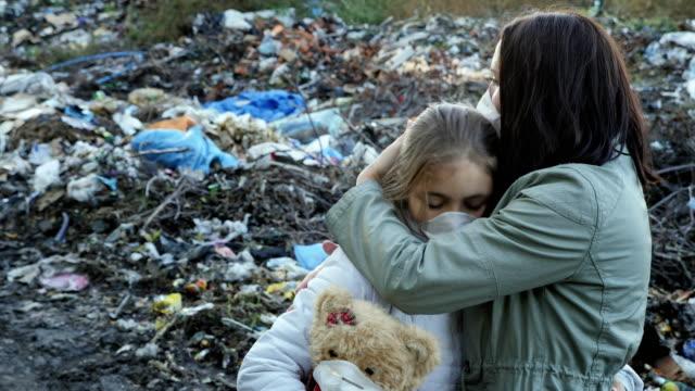 La-madre-abraza-a-su-hija-Problema-ecológico