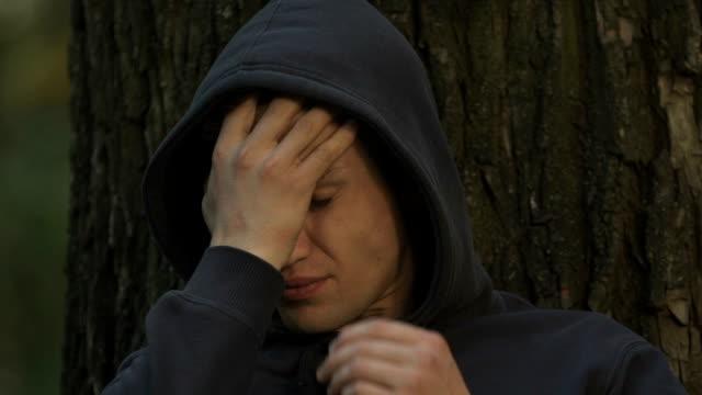 Adolescente-frustrado-escondido-en-el-parque-sufriendo-de-bullying-problemas-de-comunicación