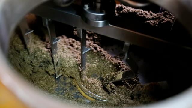 Dentro-del-tanque-de-ebullición-elaboración-de-la-cerveza-Producción-de-cerveza-Cebada-cocida-para-cerveza-artesanal-