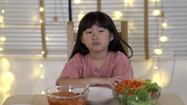 Asiático-niños-chica-esperando-padre-y-madre-venir-a-casa-fiesta-de-cumpleaños-y-cena-juntos-Tiempo-familiar-infeliz-en-casa-Concepto-de-solitario-decepcionado-y-triste-