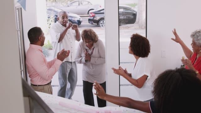 La-pareja-negra-Senior-que-llega-a-casa-a-una-fiesta-familiar-sorpresa-vista-elevada